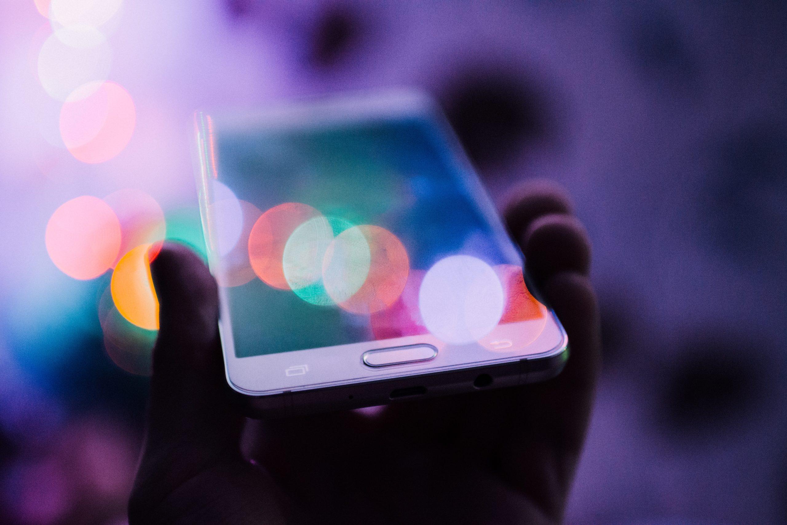 RGB(アールジービー)を説明するためのスマートフォン画面